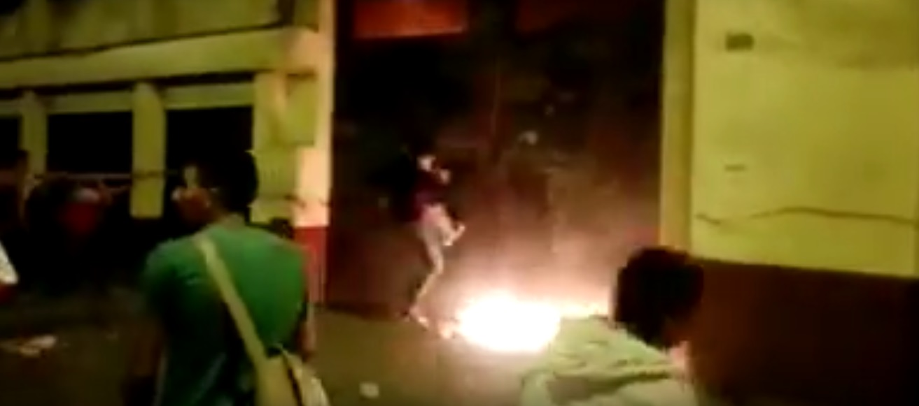 Denuncian que apristas incendiaron local y atacaron a estudiantes de la Villarreal [VIDEO]